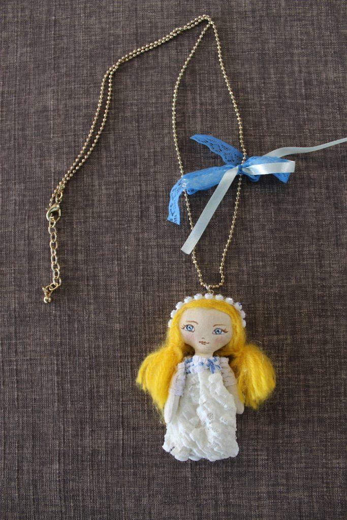 collier poupée